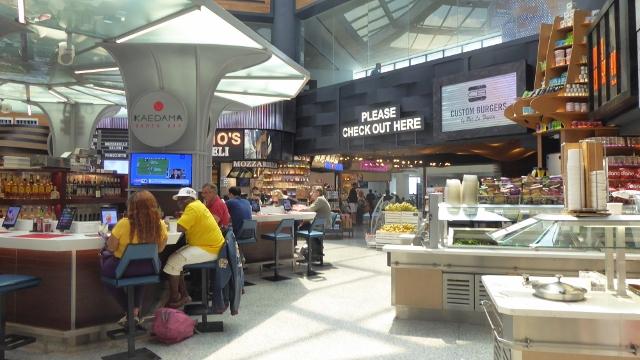 Global Bazaar has a bar, a buffet, and fresh fruit.