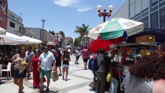 The Pedestrian shopping street, Avenida de 21 Mayo.