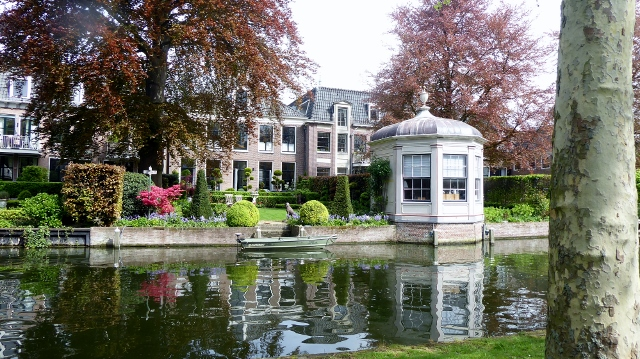 Canals make for pleasant waterside living.  And the homes in Edam are gorgeous!